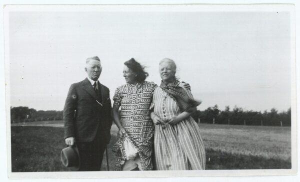 Paule Mikkelsen ses mellem ægteparret Johannes V. Jensen og Else Jensen